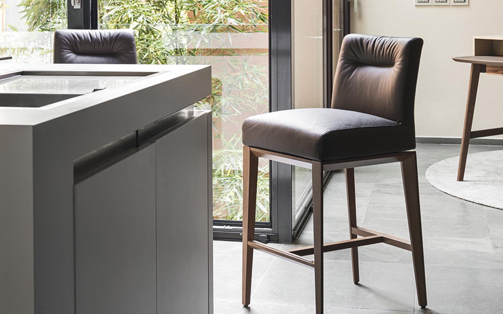 из чего делают барные стулья