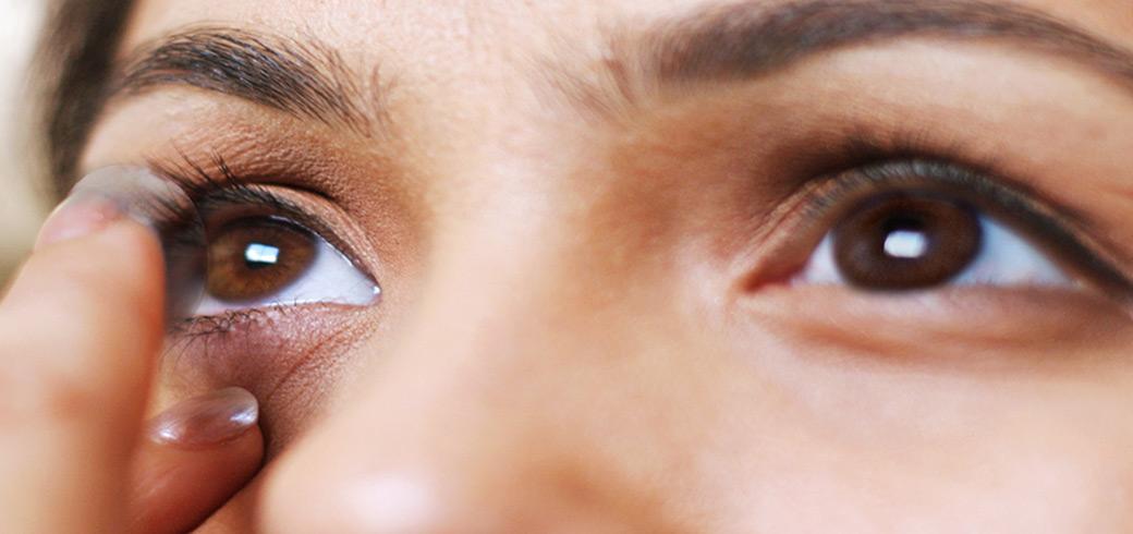краснеет один глаз линз