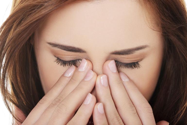 почему режет глаза от линз