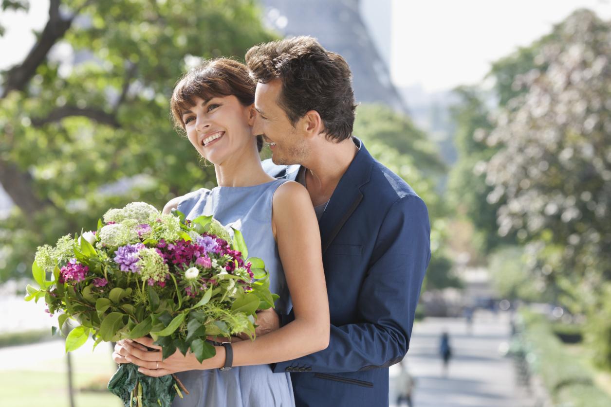 Дарим женщине цветы