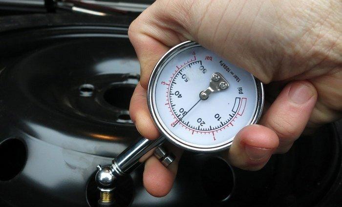 проверка давления воздуха в шине