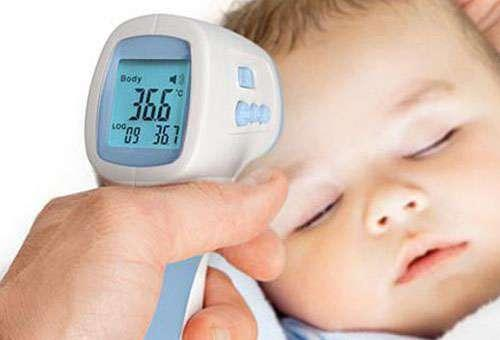 Меряем температуру малышу