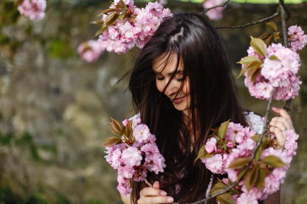 Брюнетка с цветами
