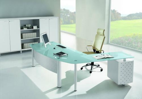 стеклянная или пластиковая мебель в кабинет
