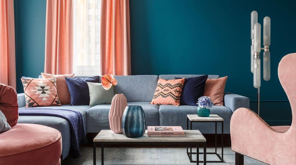 сочетание голубого и розового в интерьере гостиной