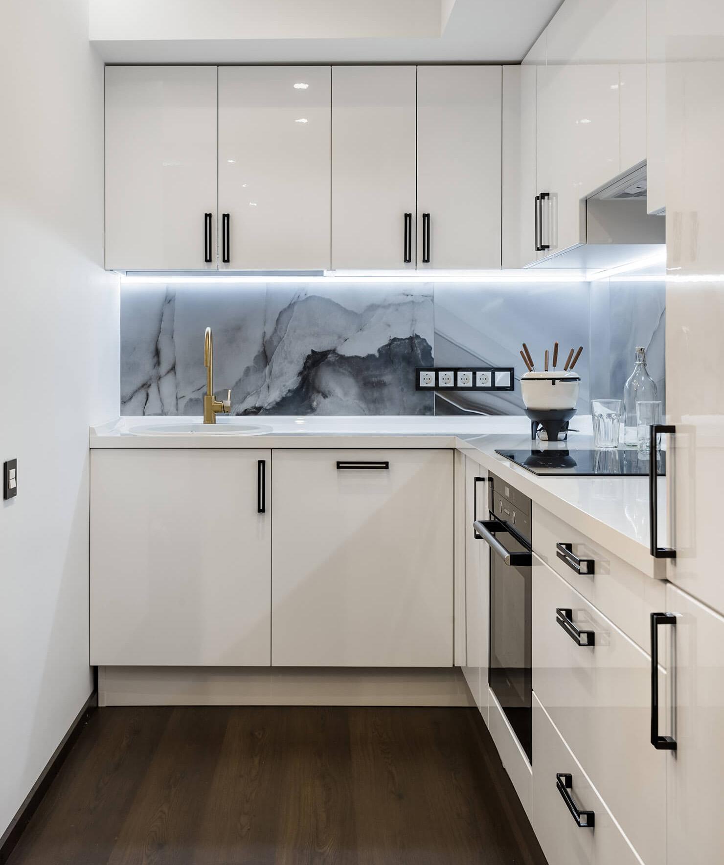 кухонный гарнитур на прямоугольной кухне
