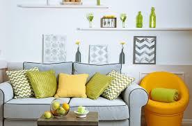 голубой диван с желтыми и зелеными подушками